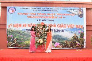 Bà Vũ Thị Hồng tặng hoa cho Đại diện Công ty - Bà Nguyễn Thị Lan Anh